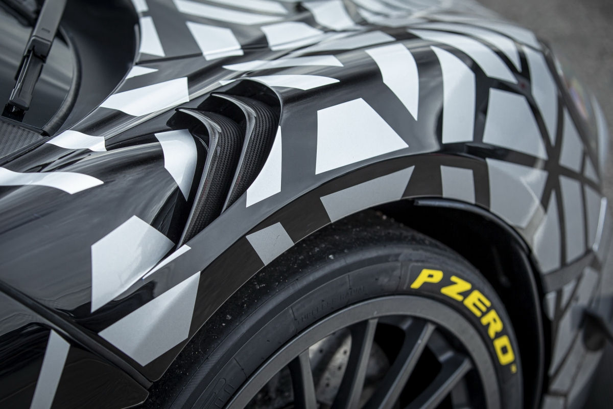 Đây cũng là lần đầu tiên, McLaren trang bị cho một mẫu xe của mình bộ mâm 19 inch/20 inch (trước/sau) được phát triển đặc biệt có nhằm chuyển đổi giữa hai loại lốp mà không cần phải can thiệp vào các chi tiết của hệ thống treo.