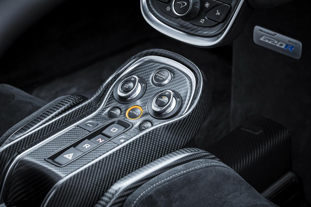 McLaren sẽ bán ra tổng cộng 350 chiếc 620R, hãng sẽ chỉ cung cấp ba màu sơn cơ bản cho chiếc xe này là: đen sọc cam (Onyx Black), trắng sọc cam (Silica White), cam sọc trắng (Mclaren Orange).