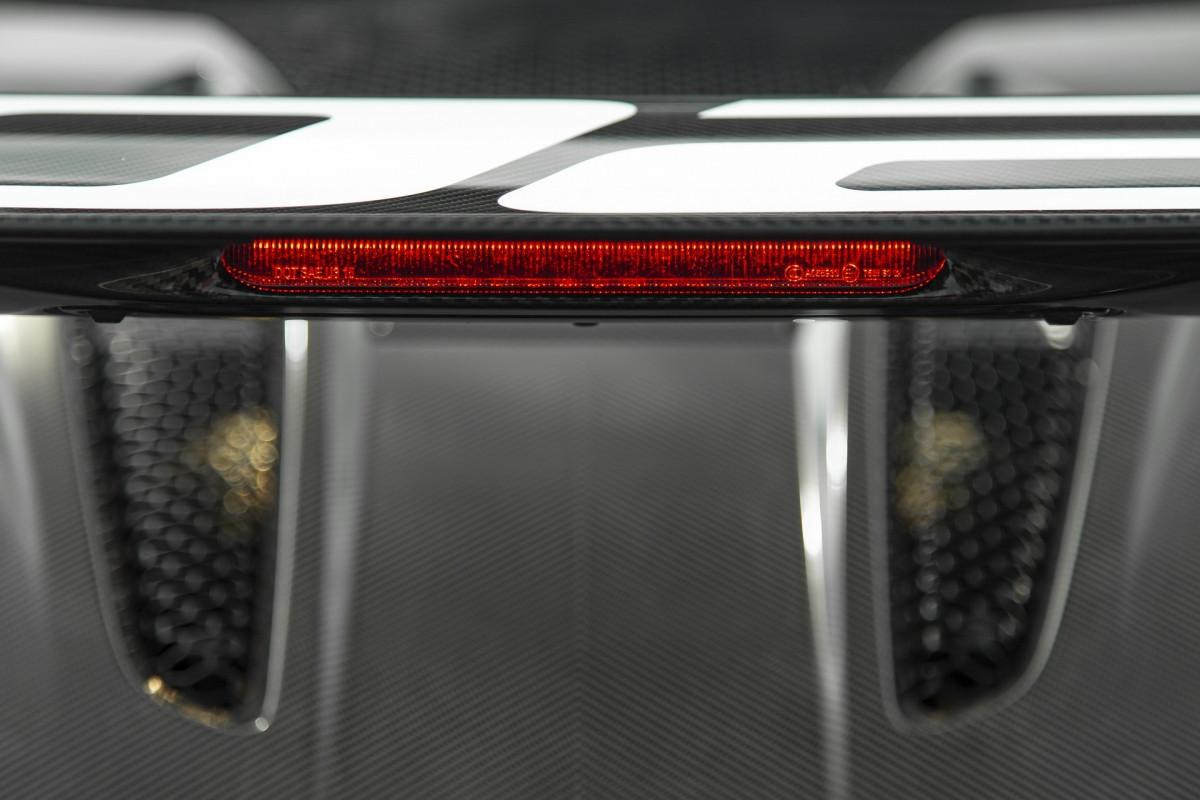 Ống hút gió này sở hữu thiết kế lấy cảm hứng từ chiếc xe đua huyền thoại McLaren F1 GTR Longtail. Với việc được trang bị thêm bộ phận này, gió sẽ được hút trực tiếp vào khoang lái và khối động cơ V8 có thể tạo ra âm thanh nạp ấn tượng hơn.