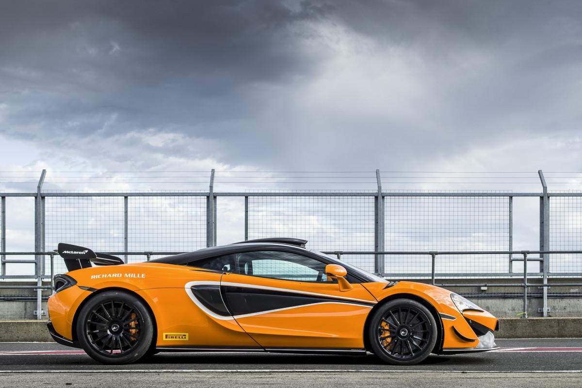 Với gói nâng cấp này mang đến cho chiếc McLaren 620R ống hút gió được làm bằng sợi carbon, đặt trên nóc xe.