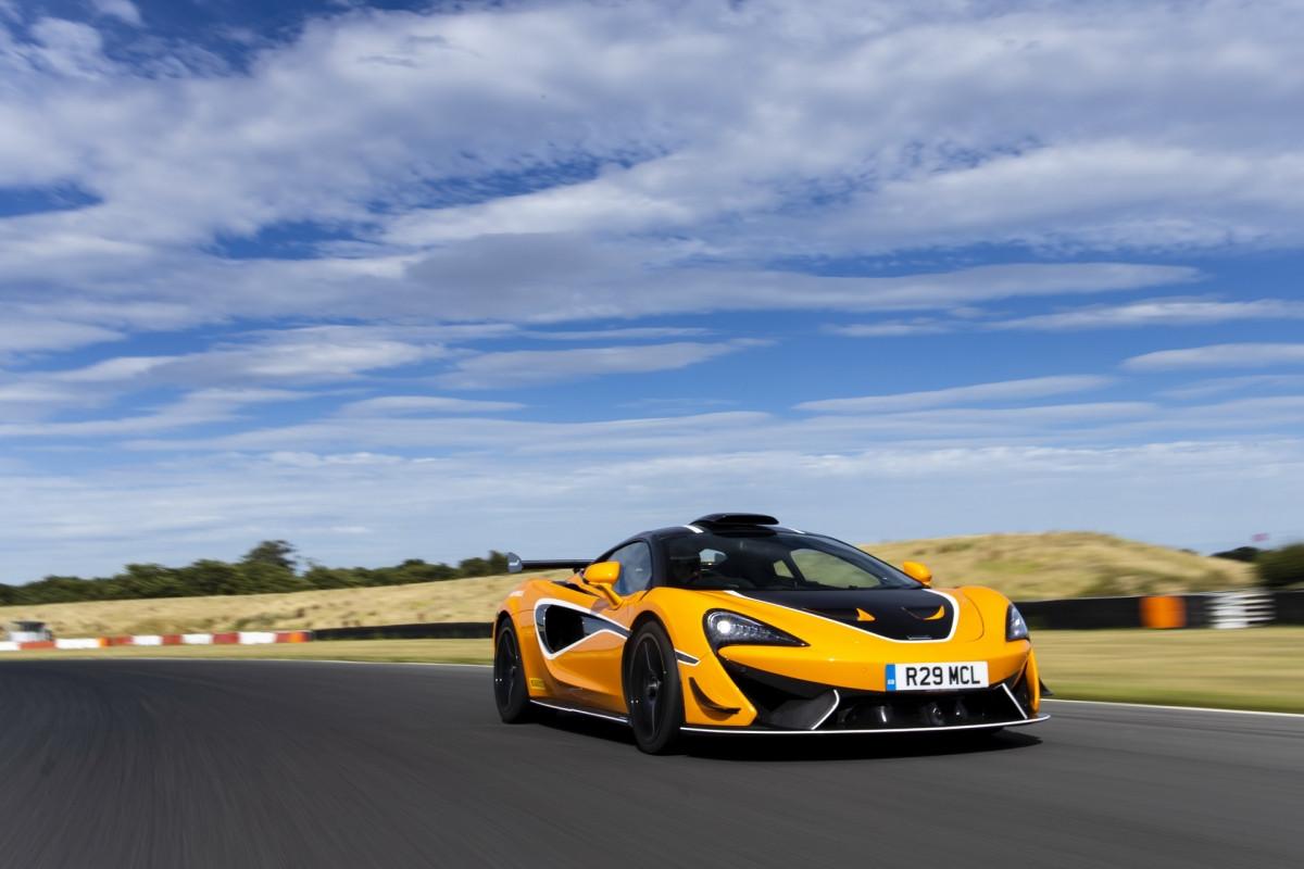 """Bộ cánh gió cố định phía đuôi xe giúp tạo đến 185 kg lực ép ở tốc độ 250 km/h. Nếu như chừng đó là chưa đủ, đừng lo, vì McLaren mới đây đã tung ra gói nâng cấp """"R"""" thông qua bộ phận cá nhân hóa MSO dành cho mẫu xe này."""