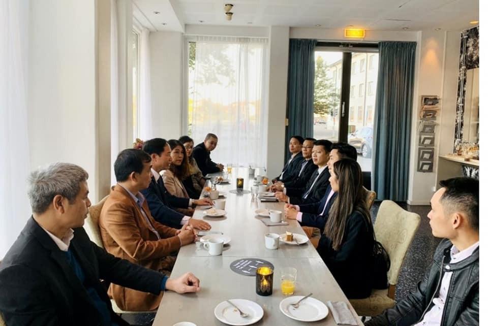 Đại sứ quán Việt Nam tại Thụy Điển thăm hỏi bà con kiều bào ở thành phố Eskikstuna - ảnh 1