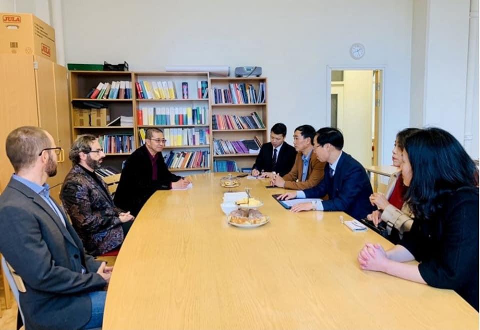 Đại sứ quán Việt Nam tại Thụy Điển thăm hỏi bà con kiều bào ở thành phố Eskikstuna - ảnh 2