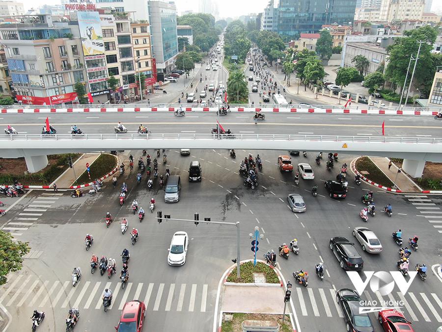 Cầu vượt Nguyễn Văn Huyên vừa chính thức thông xe vào ngày 28/8