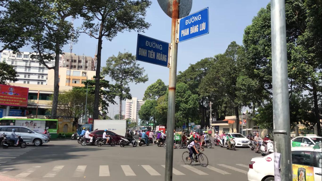 Đường Đinh Tiên Hoàng dài 947 m từ cầu Bông đến đường Phan Đăng Lưu (quận Bình Thạnh) được đề xuất đổi tên thành đường Lê Văn Duyệt. Ảnh: