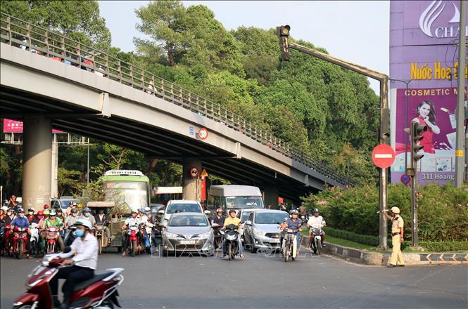 Lực lượng cảnh sát giao thông điều tiết giao thông tại các cửa ngõ ra vào sân bay Tân Sơn Nhất, tránh xảy ra tình trạng kẹt xe.