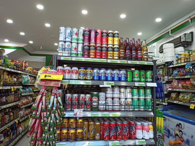 Các cửa hàng bày bán nhiều loại bia và thức uống có cồn.