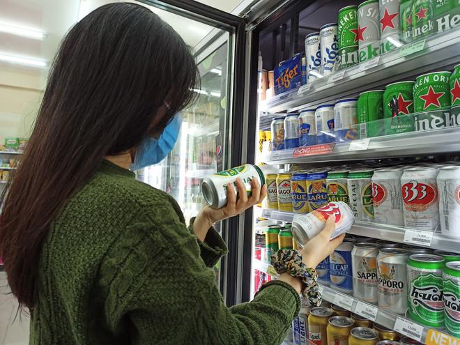 Người dưới 18 tuổi dễ dàng mua được rượu, bia tại các cửa hàng tiện lợi. Ảnh: Kỳ Hoa