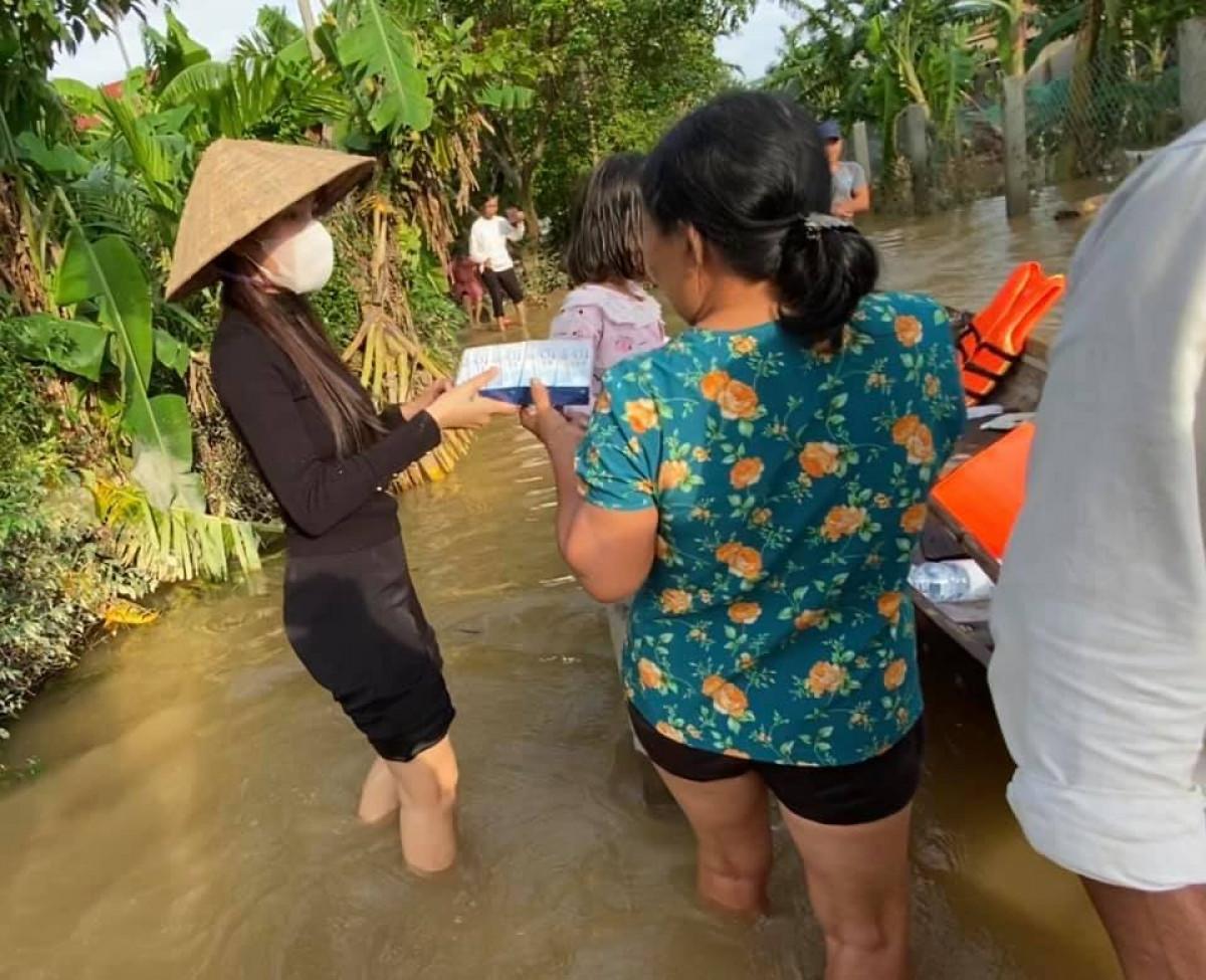 Ảnh: Thủy Tiên xắn quần lội nước đi cứu trợ bà con vùng lũ miền Trung - 1