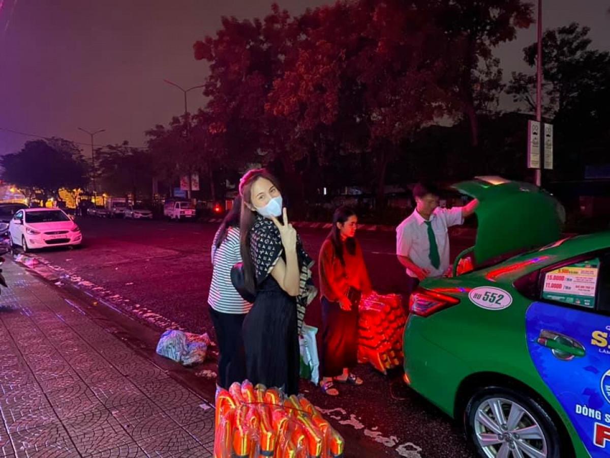 Ảnh: Thủy Tiên xắn quần lội nước đi cứu trợ bà con vùng lũ miền Trung - 3