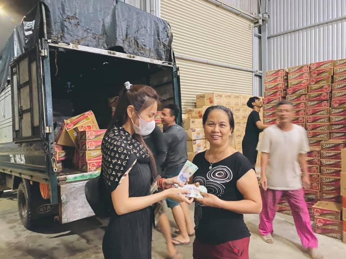 Ảnh: Thủy Tiên xắn quần lội nước đi cứu trợ bà con vùng lũ miền Trung - 4