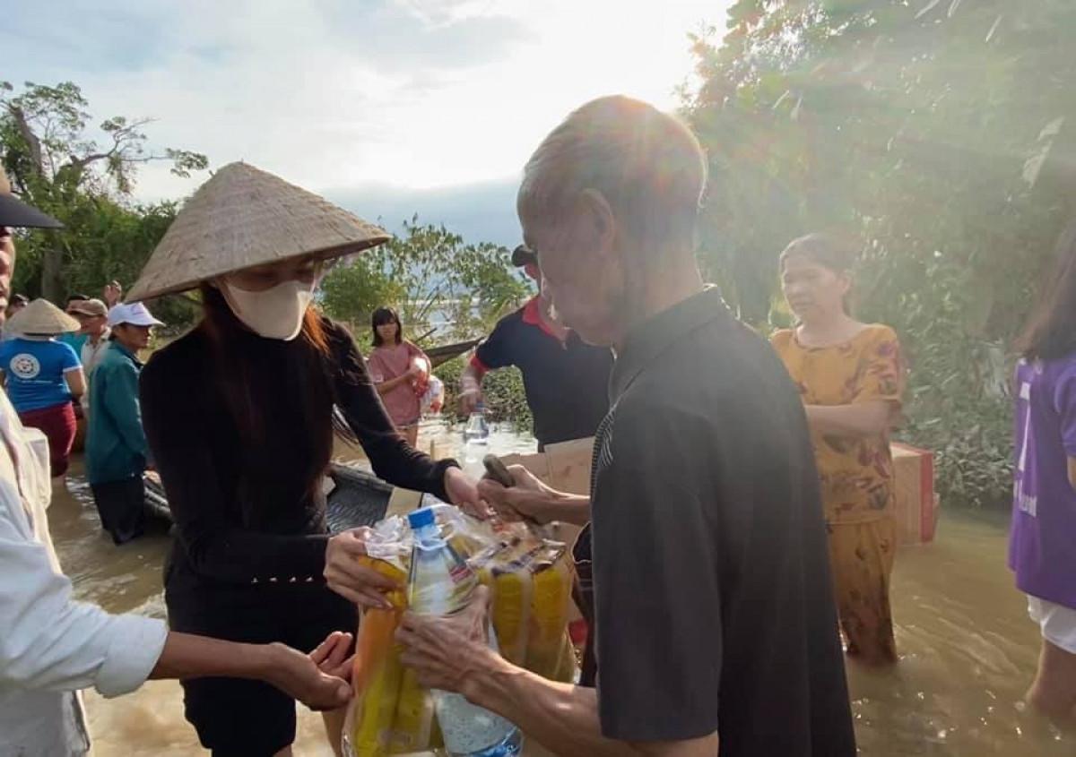Ảnh: Thủy Tiên xắn quần lội nước đi cứu trợ bà con vùng lũ miền Trung - 2