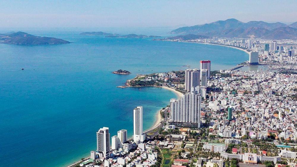 Lối phát triển này sẽ tước đi những cơ hội phát triển kinh tế cho các địa phương có biển trong tương lai như thế nào? Giải pháp nào để kiểm soát và phát triển đô thị du lịch biển theo hướng bến vững, phát huy được những lợi thế sẵn có?