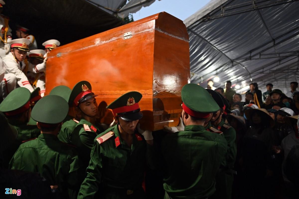 Các đồng đội đưa linh cữu của thiếu tướng Nguyễn Văn Man về với gia quyến.