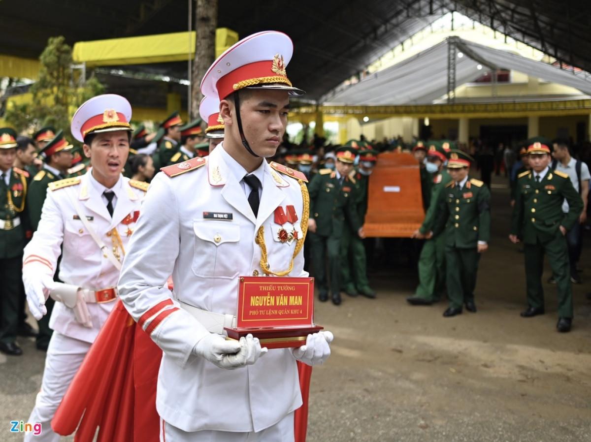 Linh cữu thiếu tướng Nguyễn Văn Man, Phó tư lệnh Quân khu 4, được đưa về Quảng Bình vào trưa 18/10 sau khi làm xong lễ truy điệu tại Bệnh viện Quân y 268 (TP Huế, tỉnh Thừa Thiên - Huế).