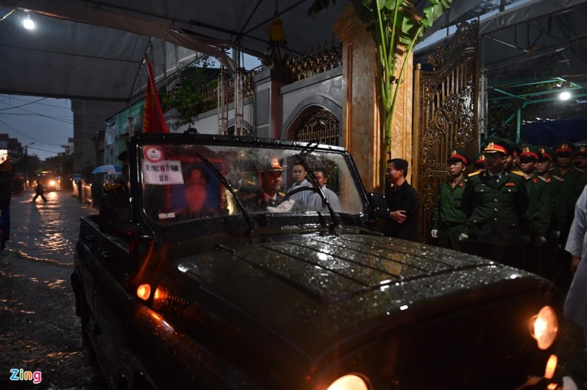 Sau 5 tiếng di chuyển, đoàn xe đã đưa linh cữu của Phó tư lệnh Quân khu 4 về đến nhà số 41 Đặng Văn Ngữ, TP Đồng Hới.