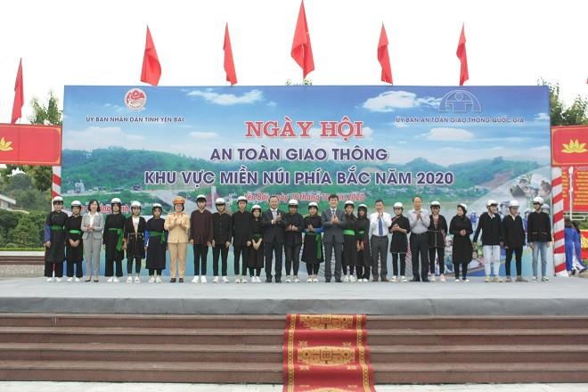 Honda Việt Nam trao tặng 1.000 mũ bảo hiểm cho người dân Yên Bái - 1