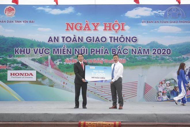 Honda Việt Nam trao tặng 1.000 mũ bảo hiểm cho người dân Yên Bái - 2
