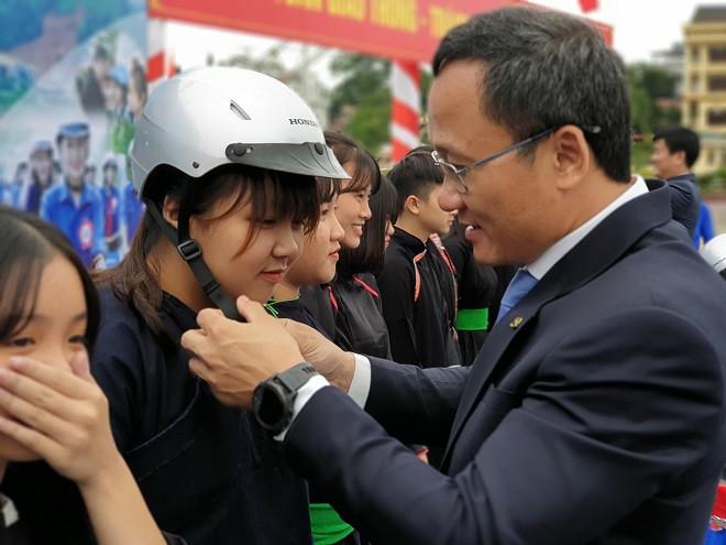 Honda Việt Nam trao tặng 1.000 mũ bảo hiểm cho người dân Yên Bái - 3