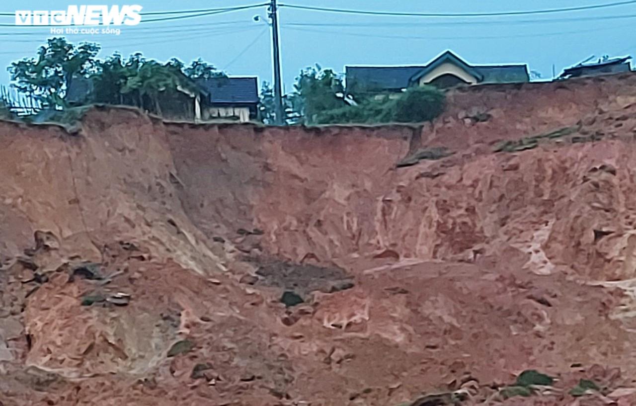 Sạt lở núi, 2.000 dân ở Quảng Ngãi bị cô lập - 2