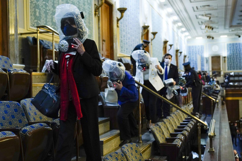 Trực tiếp: Người ủng hộ Trump xông vào toà nhà Quốc hội, Điện Capitol tê liệt - 8
