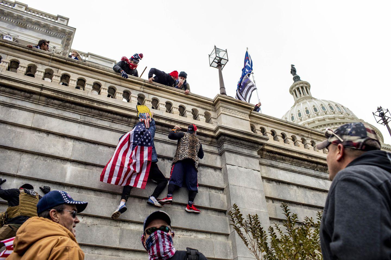 Trực tiếp: Người ủng hộ Trump xông vào toà nhà Quốc hội, Điện Capitol tê liệt - 6