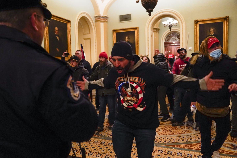 Trực tiếp: Người ủng hộ Trump xông vào toà nhà Quốc hội, Điện Capitol tê liệt - 7