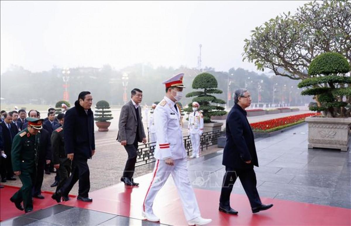 Ủy viên Bộ Chính trị, Thường trực Ban Bí thư Trần Quốc Vượng, cùng đoàn công tác đến đặt vòng hoa và vào Lăng viếng Chủ tịch Hồ Chí Minh. Ảnh: Dương Giang - TTXVN