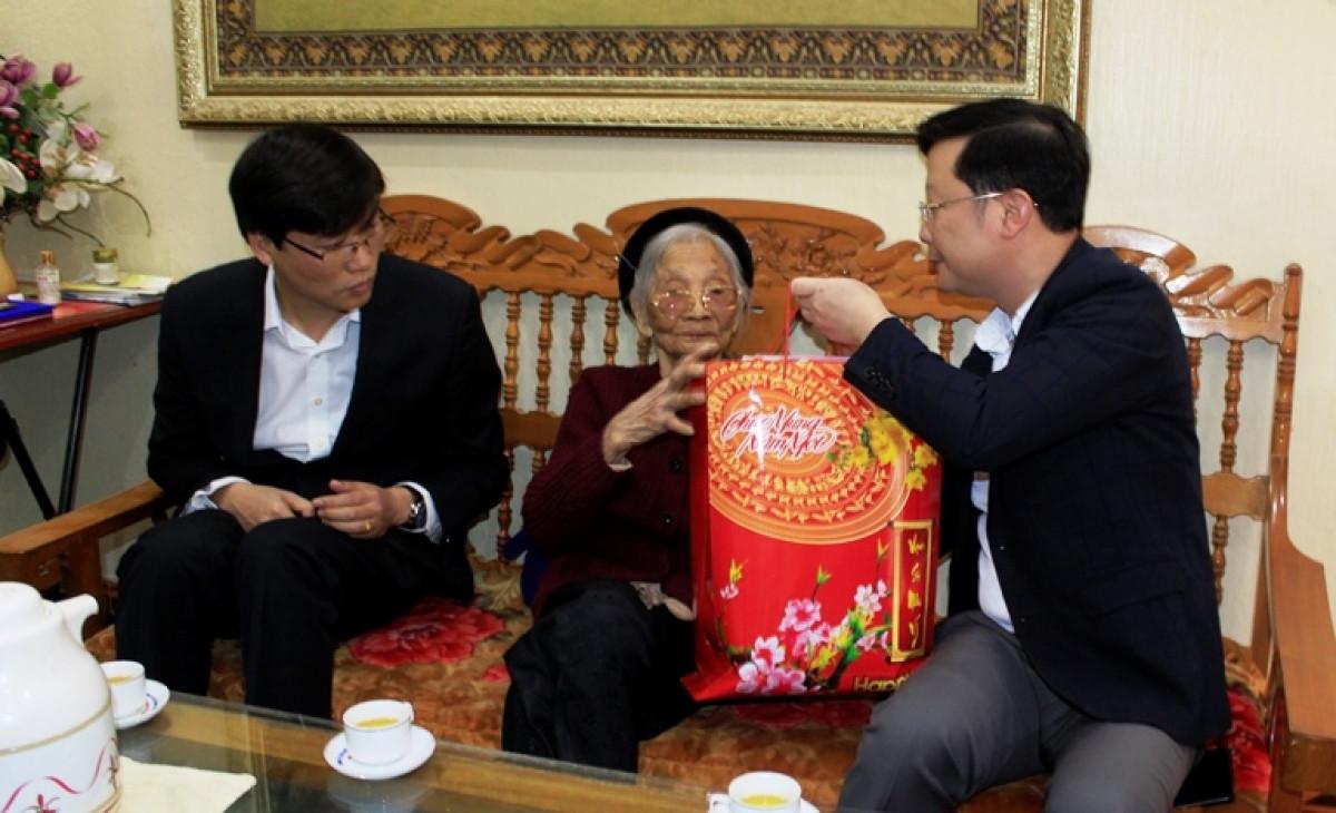 Đoàn công tác tỉnh Lai Châu tặng quà gia đình bà Lê Thị Tiện, vợ liệt sỹ, ở huyện Tân Uyên.