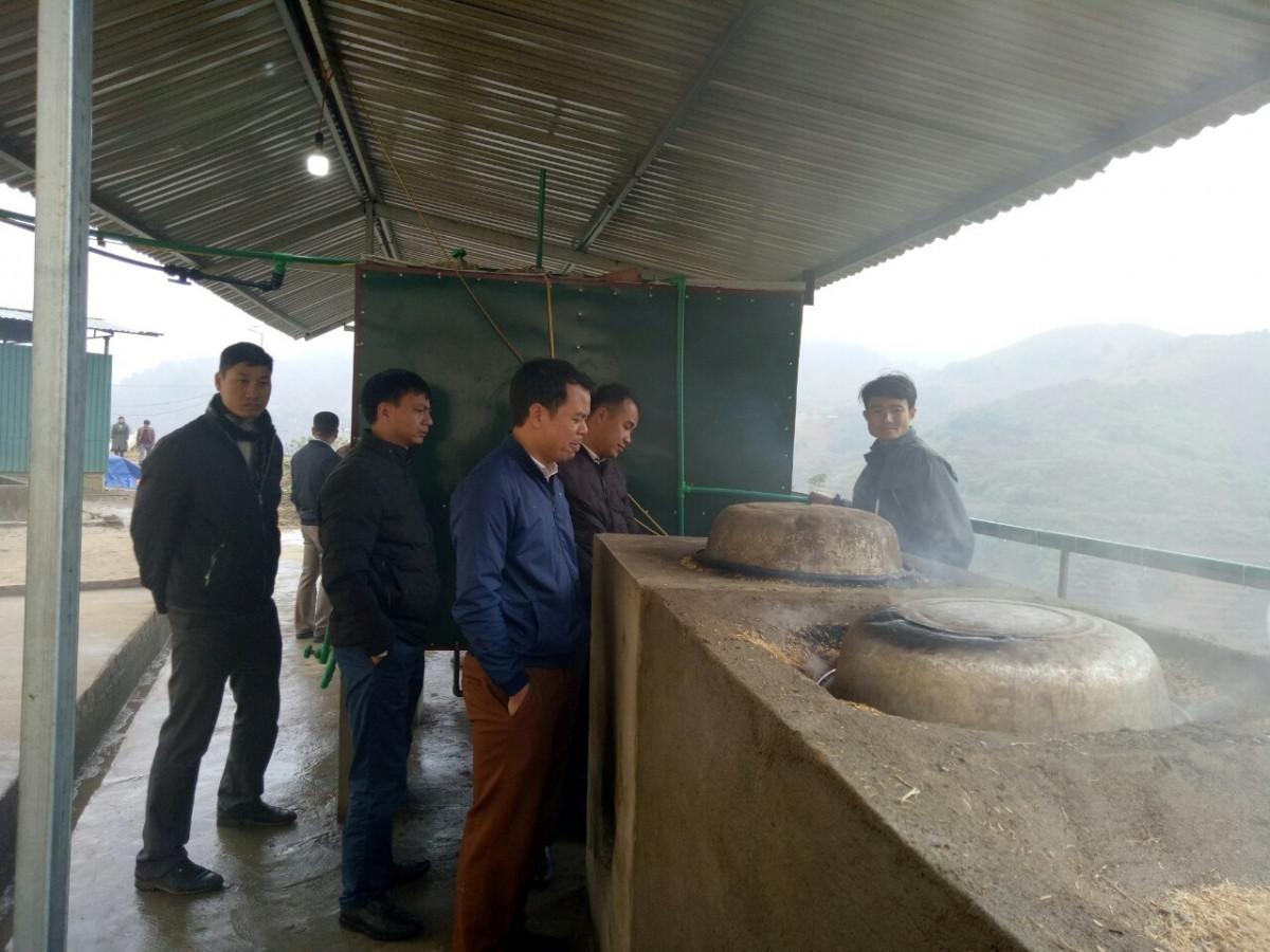 Nhiều trường trong và ngoài tỉnh đã học tập mô hình cấp nước nóng do thầy Vũ Xuân Quế chế tạo.