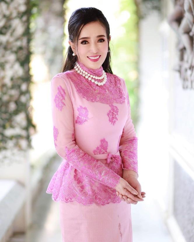 Tuổi U80, Hoa hậu Hoàn vũ Thái Lan vẫn trẻ đẹp không tin nổi - 1