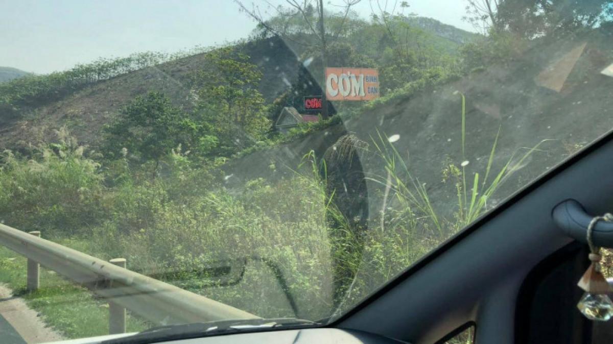 Ngoài việc mở hàng rào B40, tại một số điểm, người dân còn tự ý tháo mở tôn hộ lan trái phép để tạo lối đi lại. Việc này diễn ranhiều lần nhưng chưa được xử lý triệt để tại lý trình (Km172, Km182+500, Km189+050, Km189+800).Ảnh ĐNH.