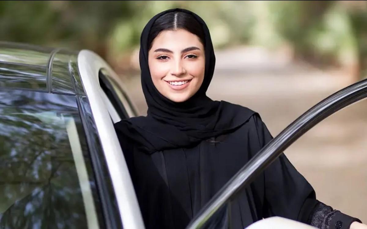 Phụ nữ Saudi Arabia hạnh phục khi được phép tự lái ô tô. Ảnh: Business Insider.