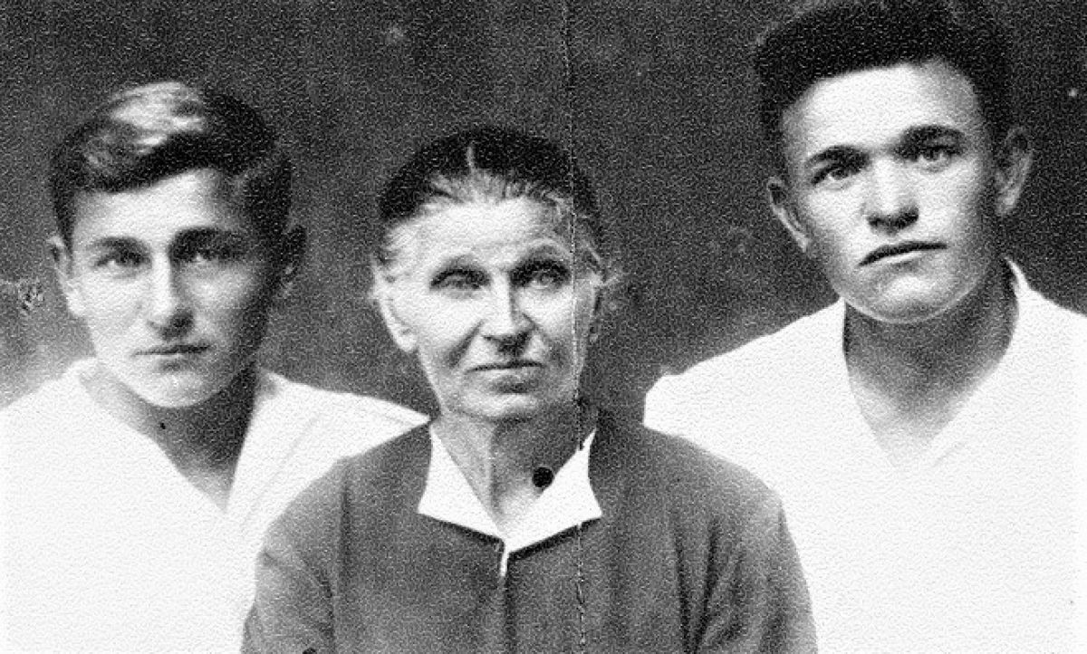 Ảnh chân dung Mẹ-Anh hùng Epistinia Fyodorovna Stepanova cùng hai con trai; Nguồn: R7