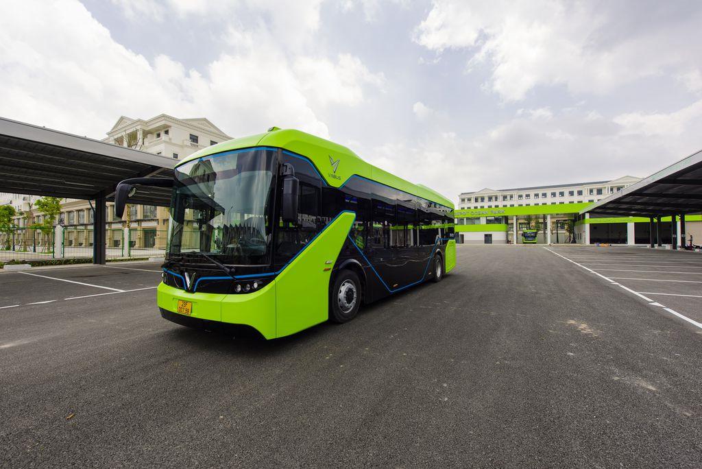 Ảnh: Cận cảnh xe buýt điện VinBus lăn bánh trên đường phố Hà Nội - 5