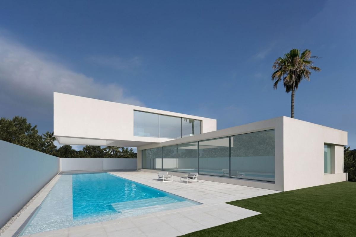 Ngôi biệt thự nằm ở thành phố Valencia, Tây Ban Nha, bên bờ biển Địa Trung Hải. Công trình được xây dựng trên diện tích 313m2 trong khuôn viên rộng rãi có hồ bơi ở phía trước nhà; có hình thức như một tác phẩm điêu khắc hiện đại.