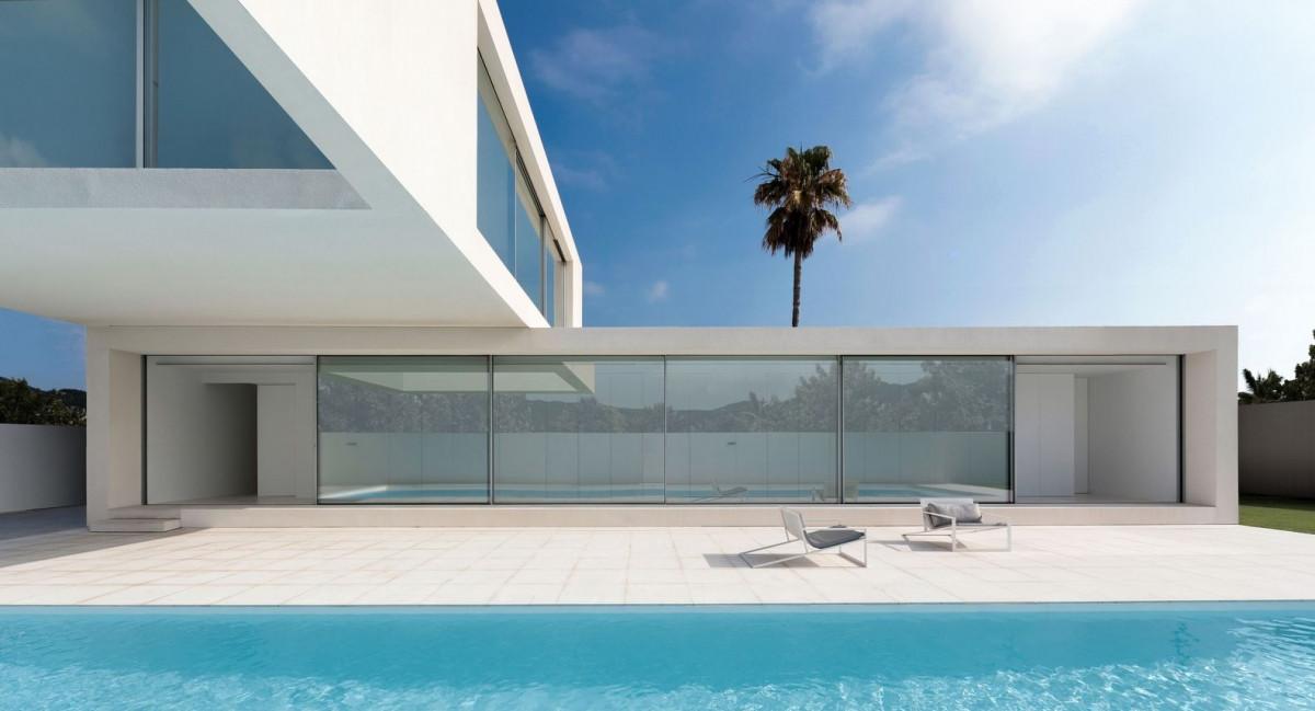 Công trình có quy mô hai tầng, với tổ hợp hai khối xếp chồng lên nhau mang phong cách tối giản. Để có tầm nhìn đẹp ra biển, cấu trúc của ngôi nhà đảo ngược quy tắc truyền thống: phòng ngủ được bố trí ở tầng 1 và tầng 2 là phòng khách và bếp – ăn nằm ở khối kiến trúc phía trên.