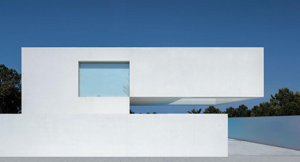 Mặt đứng công trình là những mảng khối đặc rỗng mạnh mẽ, không có những chi tiết trang trí thừa. Màu sắc chủ đạo là màu trắng mang vẻ đẹp hiện đại, thanh nhã và nổi bật trên nền trời xanh.
