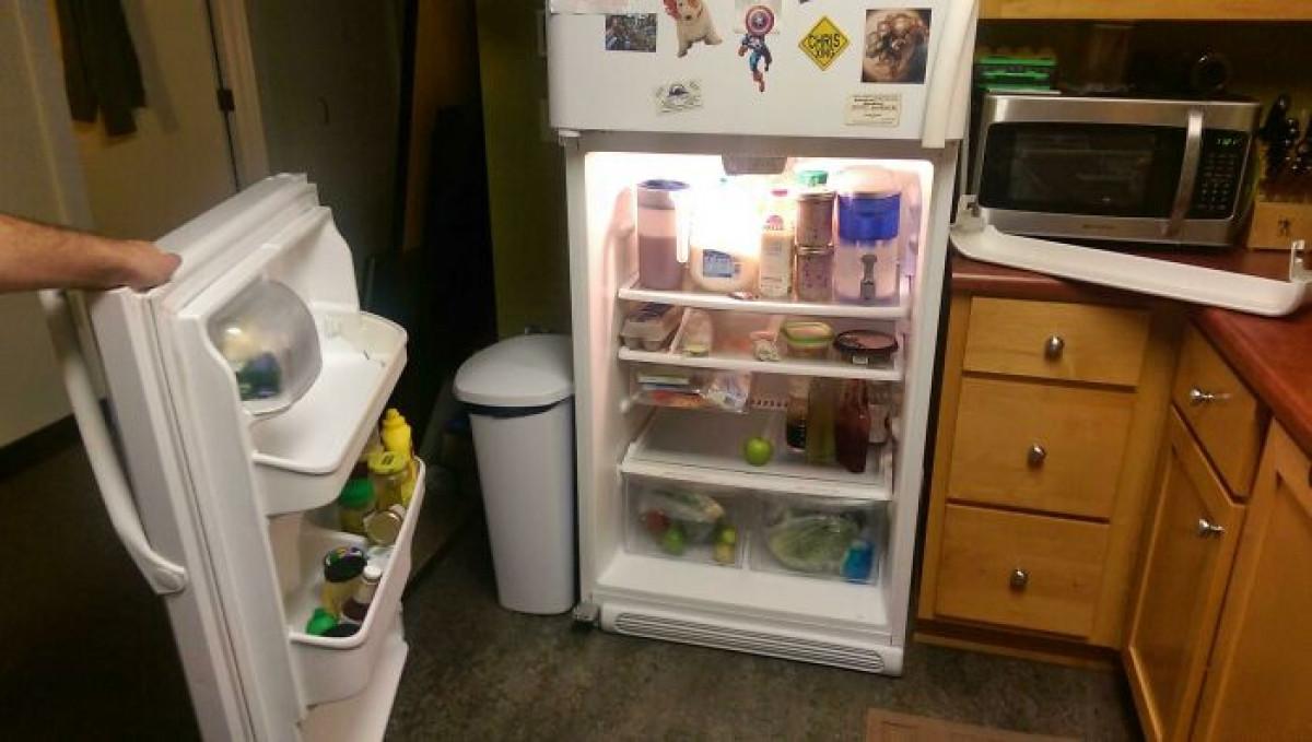 Mở nhẹ tủ lạnh lấy đồ uống và cái kết...