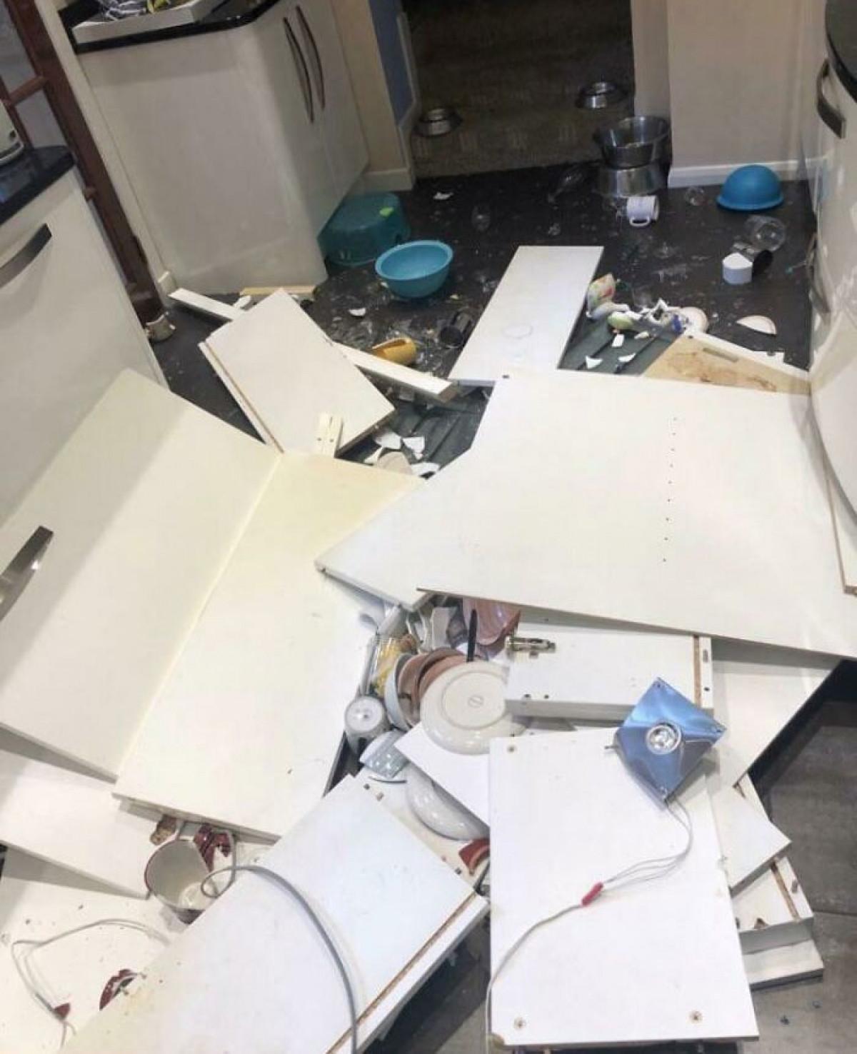 3 giờ sáng và tủ bếp nhà tôi bị rơi.