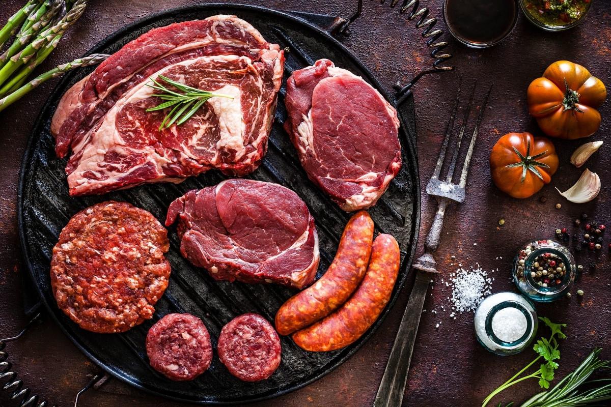 Thịt chế biến sẵn: Ăn nhiều các loại thịt chế biến sẵn, như thịt xông khói hay xúc xích, làm tăng nguy cơ suy giảm trí nhớ. Những người có chế độ ăn phong phú hơn và nhiều thực vật hơn thường ít có nguy cơ mắc các vấn đề về thần kinh và trí não hơn.