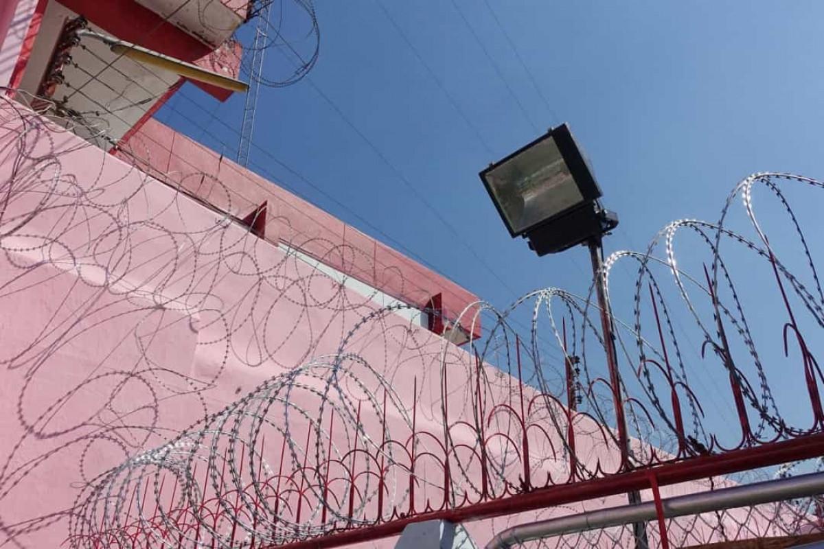 Màu hồng được cho là giúp kích thích tinh thần và giảm những hành vi bạo lực. Đó là lý do tại sao nhiều nhà tù được sơn màu hồng.