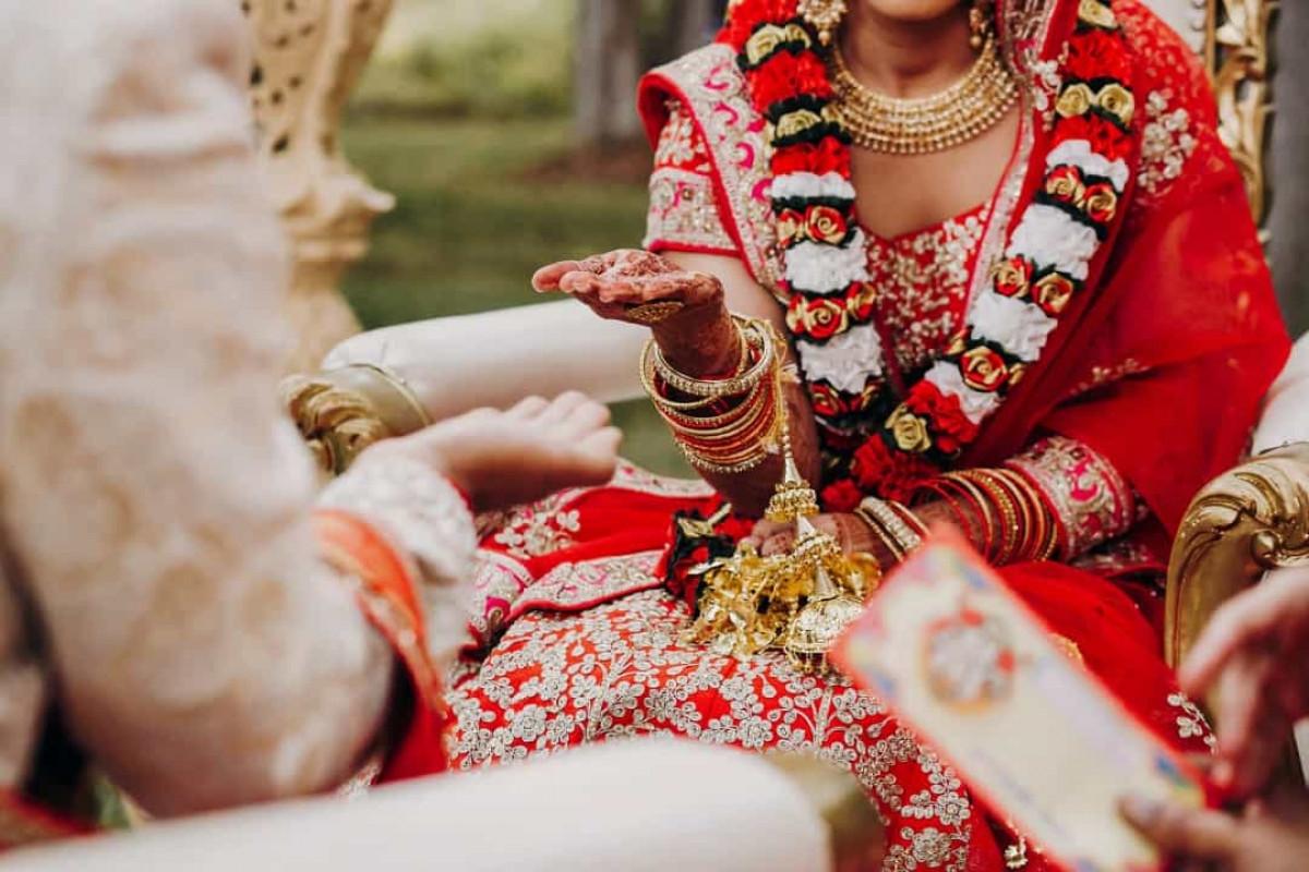 Ở nhiều nền văn hóa châu Á, màu đỏ tượng trưng cho vận may, niềm vui, sự thịnh vượng và lễ hội. Ở Ấn Độ, màu đỏ đại diện cho sự thuần khiết, sự sinh sôi và sự thịnh vượng. Đó là lý do các cô dâu Ấn Độ theo truyền thống thường mặc màu đỏ vào lễ cưới của mình.