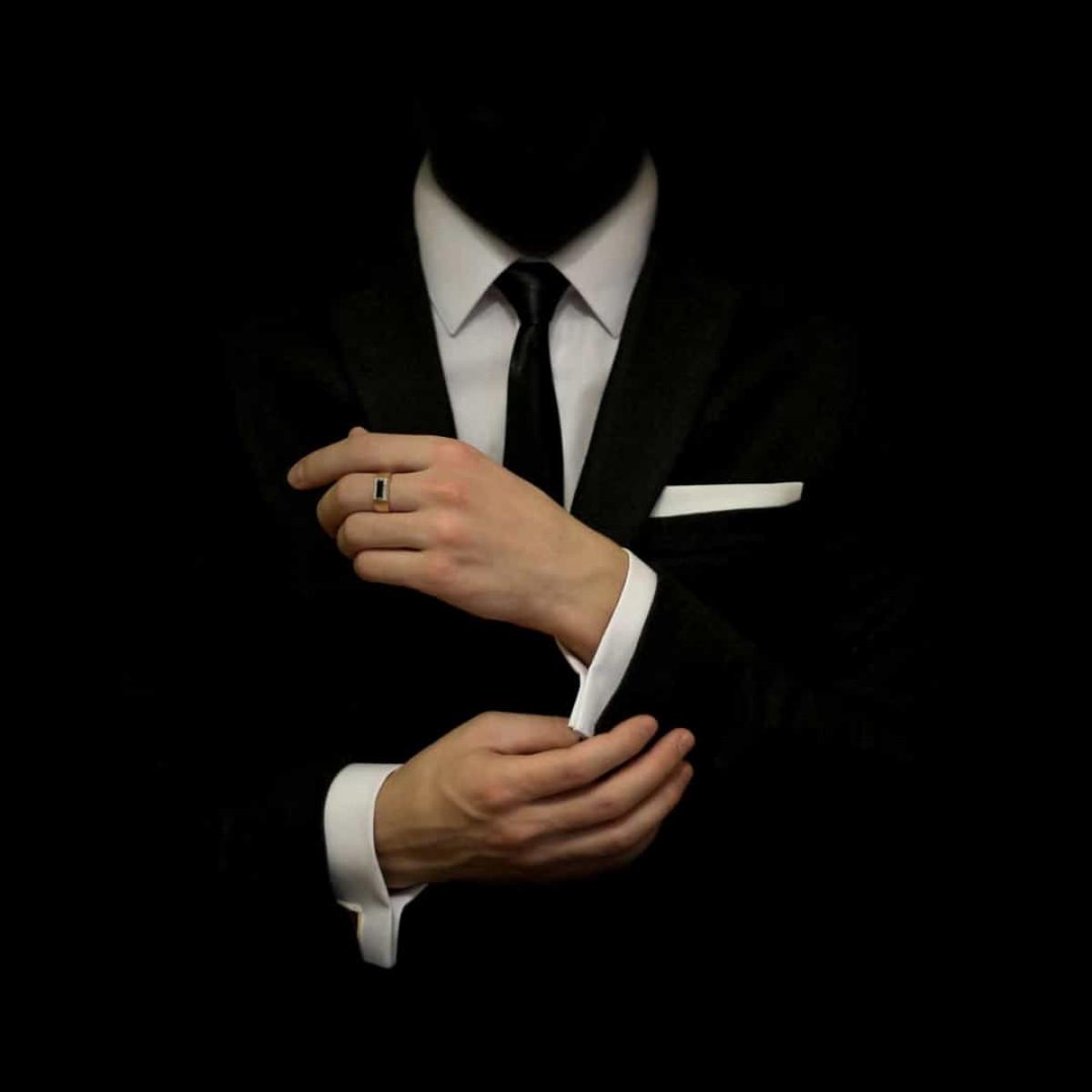 Tùy thuộc vào từng nền văn hóa khác nhau mà màu đen tượng trưng cho sự trang nghiêm và tinh tế, cũng như tượng trưng cho cái chết, quỷ dữ, sự tiếc thương, bệnh tật và sự bí ẩn.