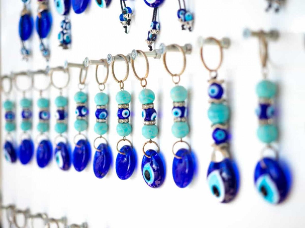 Ở một vài quốc gia như Thổ Nhĩ Kỳ, Hy Lạp, Iran và Albania, màu xanh da trời tượng trưng cho sự bảo hộ khỏi quỷ dữ nên chúng ta sẽ thường thấy những tấm bùa có hình đôi mắt màu xanh được cho là nhằm bảo vệ người đeo khỏi con mắt của quỷ ở những nơi này.