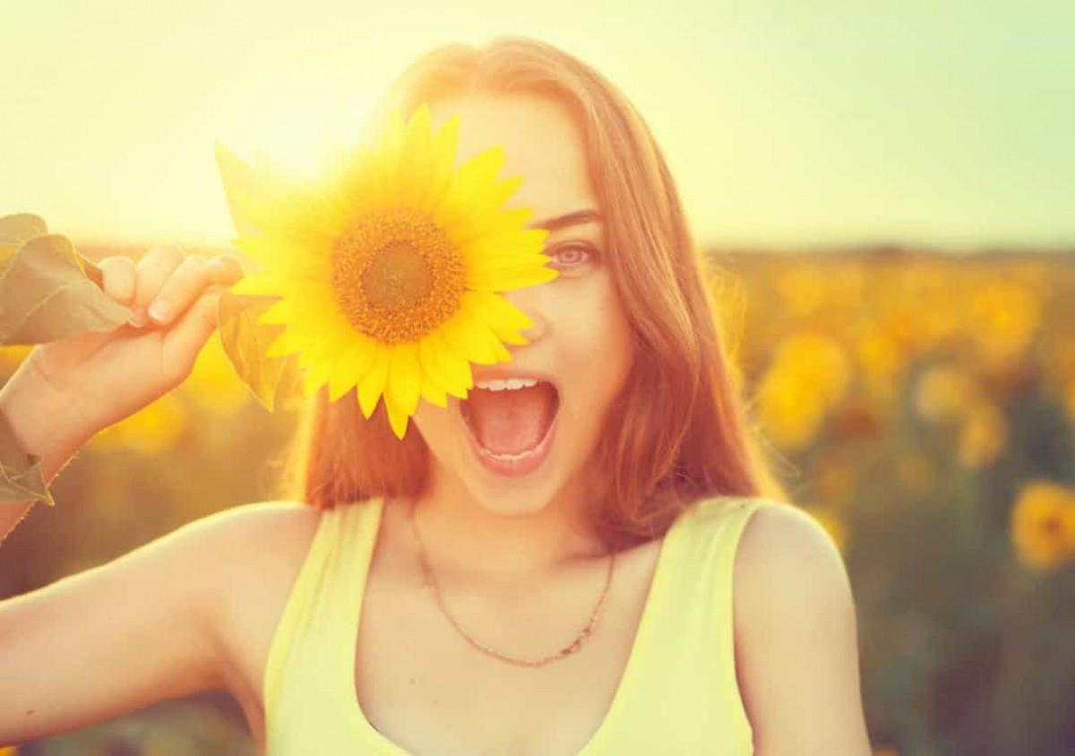 Màu vàng trong một vài nền văn hóa phương Tây gắn với ánh mặt trời, niềm hạnh phúc, sự ấm áp, niềm vui. Tuy nhiên, đôi khi nó cũng mang ý nghĩa về sự thận trọng và hèn nhát.