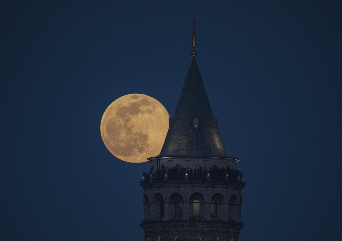Siêu trăng hồng tỏa sáng rực rỡ sau tháp Galata ở thành phổ Istanbul, Thổ Nhĩ Kỳ.
