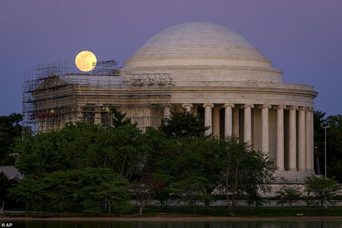 Siêu trăng hồng được nhìn thấy tại Đài tưởng niệm Jefferson ở Washington, Mỹ.