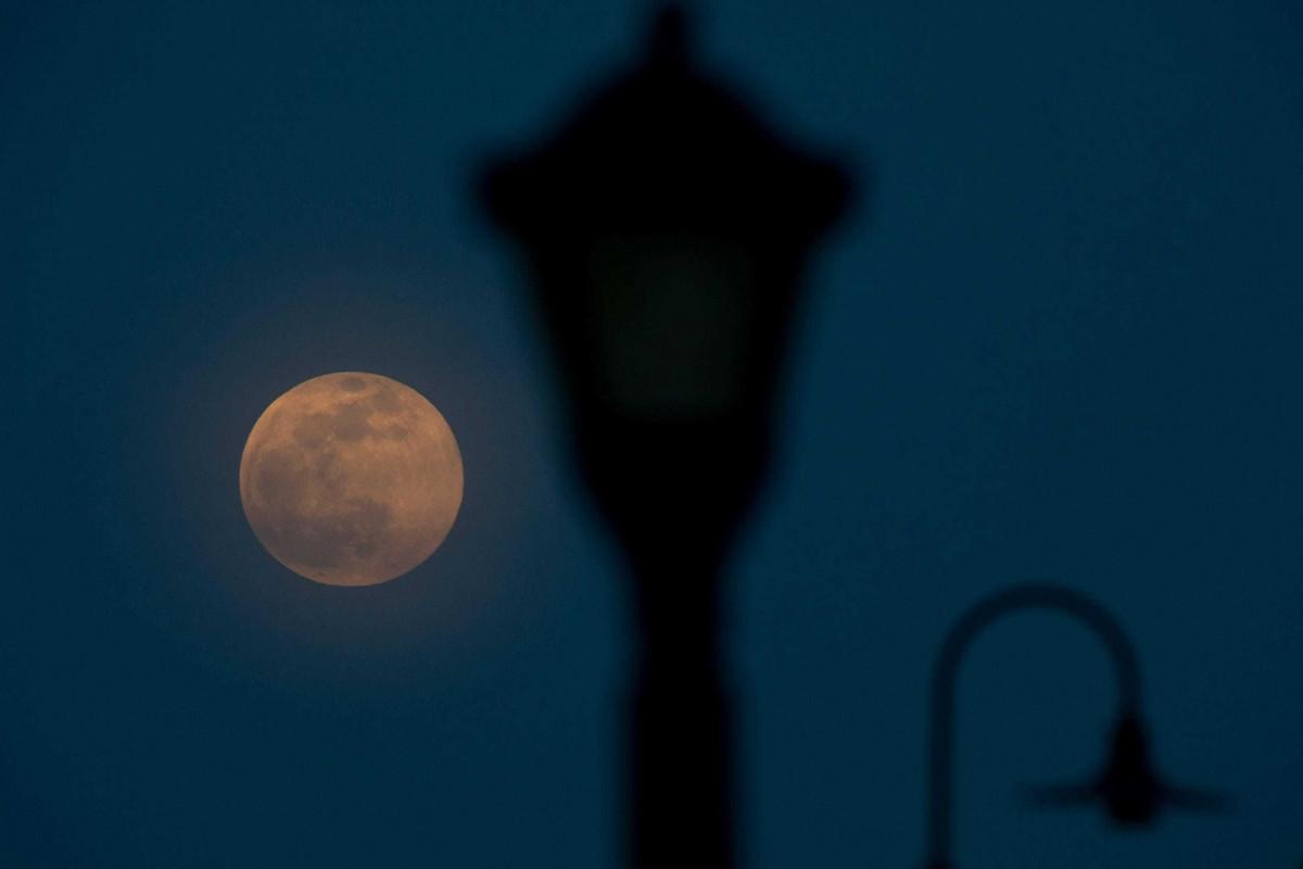 Hiện tượng siêu trăng hồng trên bầu trời khu vực East Price Hill, thành phố Cincinnati, bang Ohio, Mỹ.