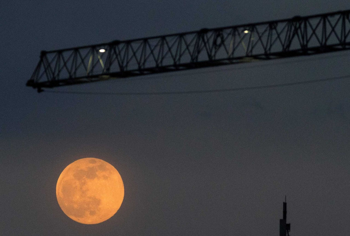 Siêu trăng hồng phía cần cẩu xây dựng ở thành phố Skopje,Bắc Macedonia.